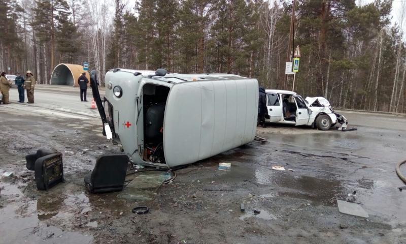 Науральской трассе санитарная машина УАЗ лоб влоб столкнулась синомаркой