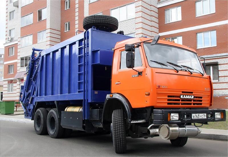 Гражданин Екатеринбурга умер под колесами мусоровоза водворе дома