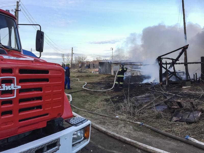 Мощный пожар пылает наЮжном автовокзале вЕкатеринбурге