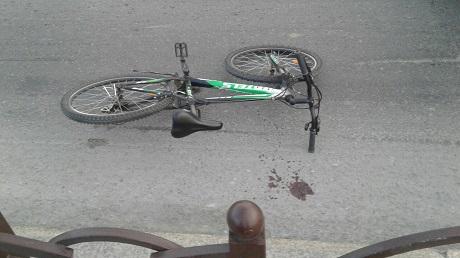 ВТюмени машина скорой помощи сбила молодую велосипедистку