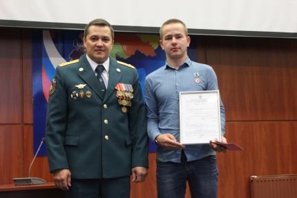 Волонтер Павел Карпенко, нашедший влесу Диму Пескова, получил награду МЧС