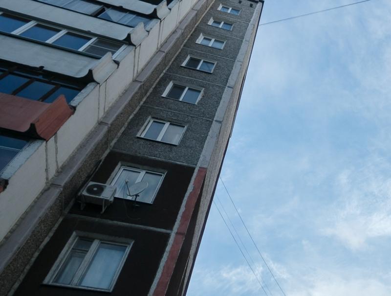 Изокна многоэтажки наБелинского выпал человек