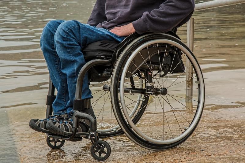 Выгнавшие подростка-инвалида работники кинотеатра обвинили его мать волжи