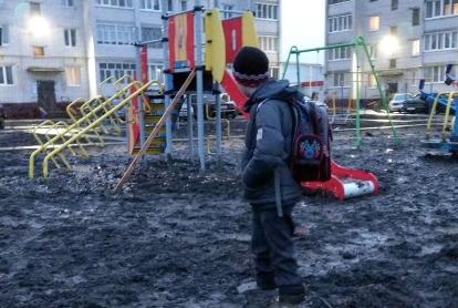 Жертва «благоустройства»: вЦивильске парень застрял вгрязи надетской площадке