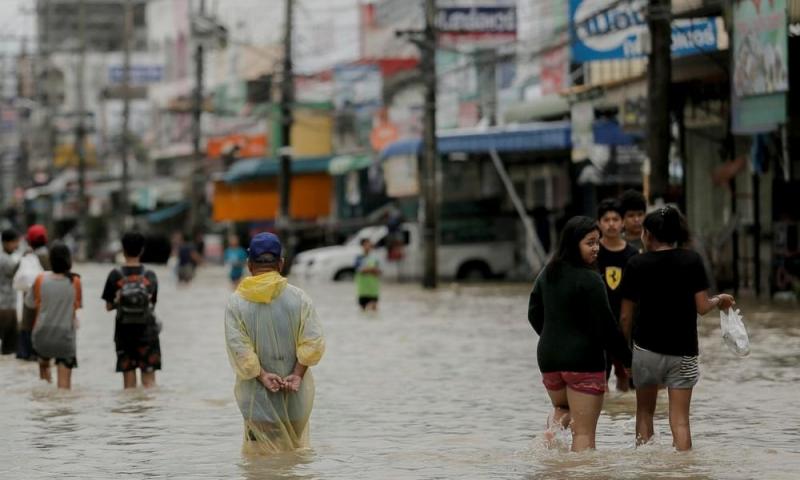 Поменьшей мере как минимум 15 человек стали жертвами наводнения вТаиланде