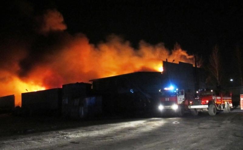 ВМеталлургическом районе полыхает склад сгорючим