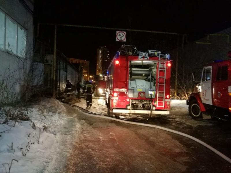 Интенсивный пожар вЕкатеринбурге: полыхает цех наЛуганской