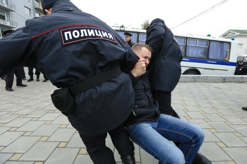 В центре Екатеринбурга сторонника Навального задержали за незаконную агитацию