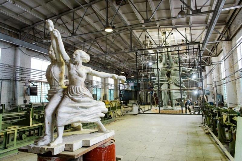 ВСвердловской области появится монумент «Рабочий иколхозница» ссемиэтажный дом