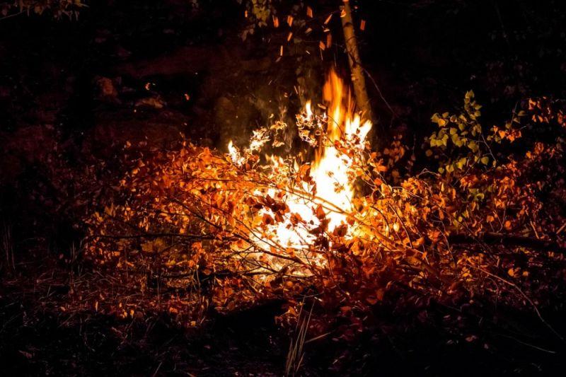 Три жилых дома пламенеют впоселке вСвердловской области