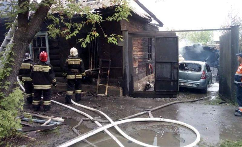 В Екатеринбурге сгорел частный дом. Спасатели: «Из-за решеток на окнах жильцы не смогли вовремя выбраться...»