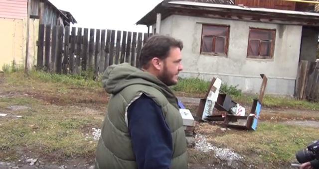 Всвердловском городе священник установил надгробья среди улицы